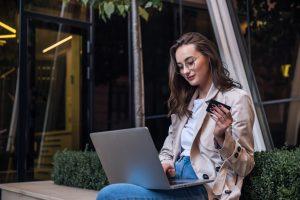 Aumente as suas taxas de retenção e conversão, além de fidelizar mais clientes satisfeitos. Conheça algumas estratégias certeiras para um chatbot para vendas.
